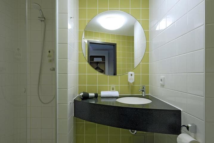 Badezimmer BB Hotel Frankfurt City Ost - Light + Building 2020 B&B Hotel Frankfurt City-Ost